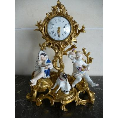 Pendule En Bronze Doré Et Porcelaine   Epoque Louis XV