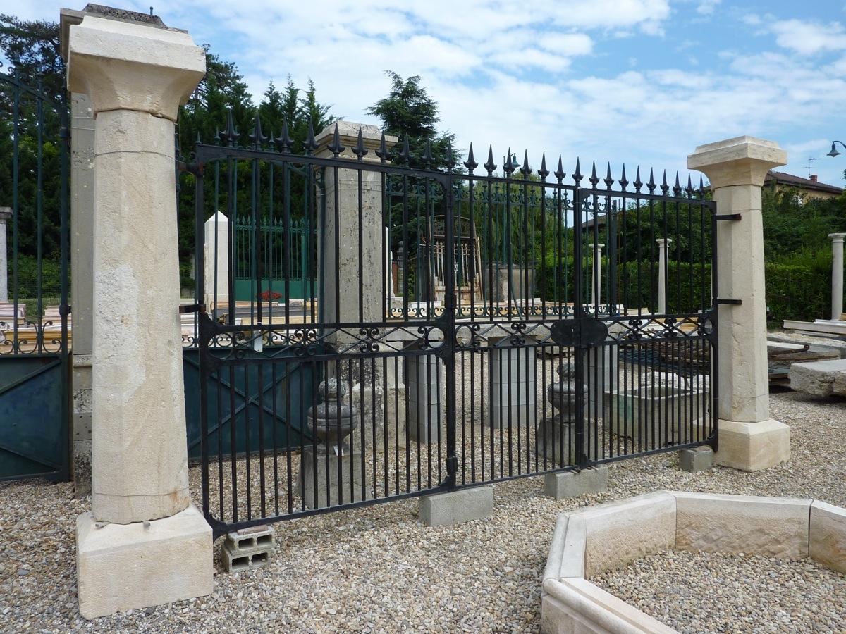 Paire de piliers octogonaux en pierre de la fin du XVIIIéme S.