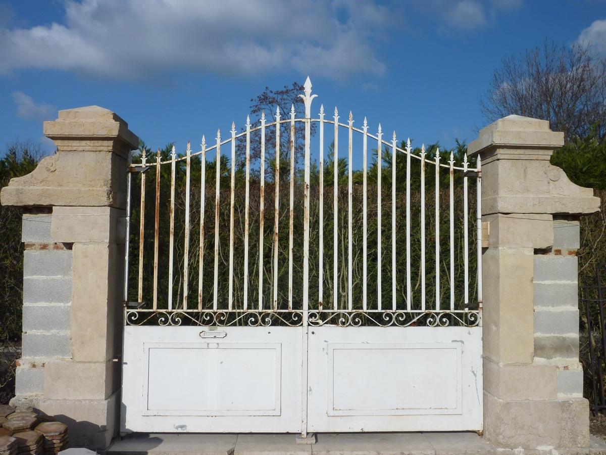 Paire de piliers de portail pierre dure d 39 poque xixe s vitraux ferro - Pilier de portail en pierre ancien ...