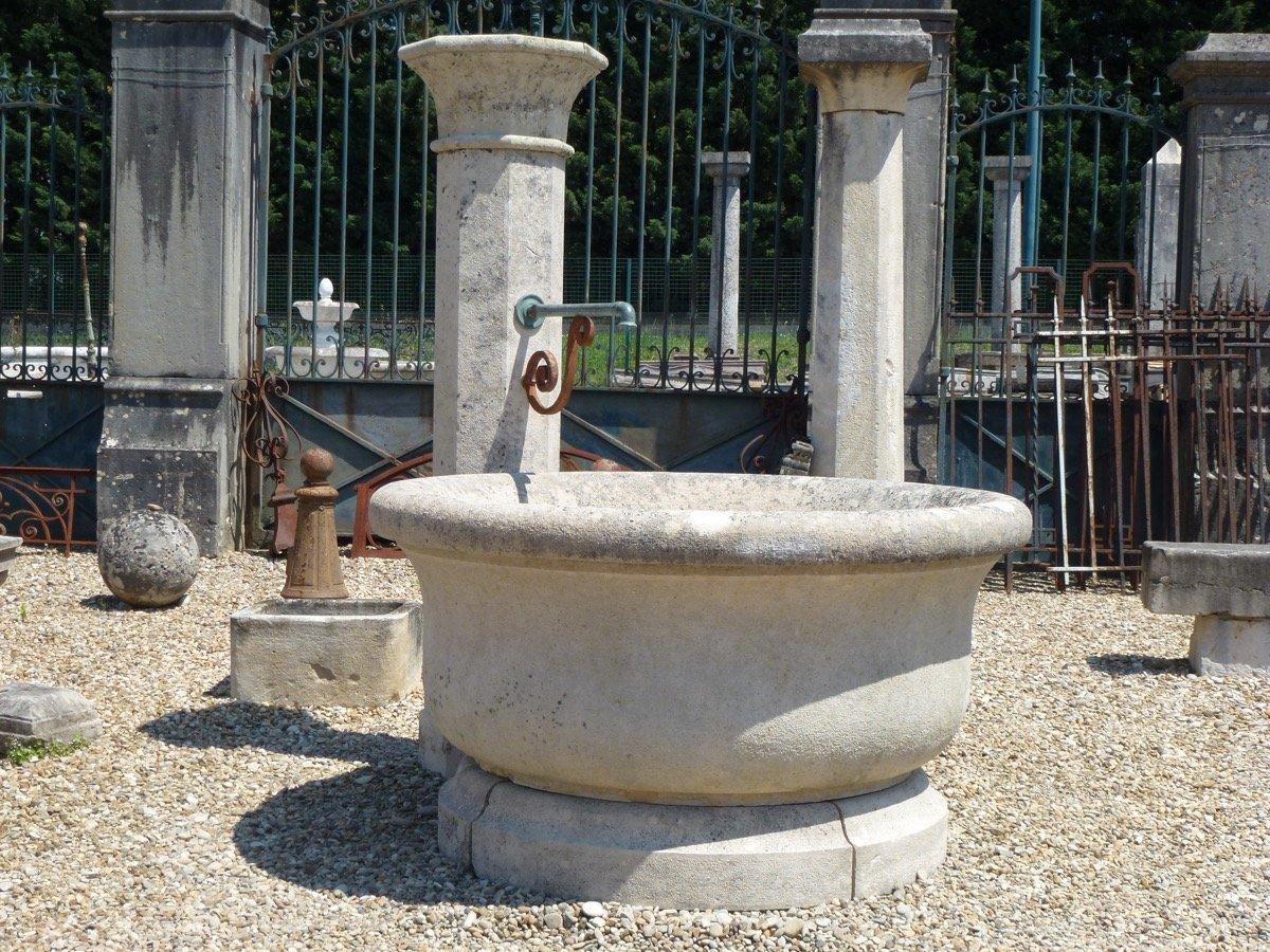 Fontaine en pierre provenant du chateau de Sermezy