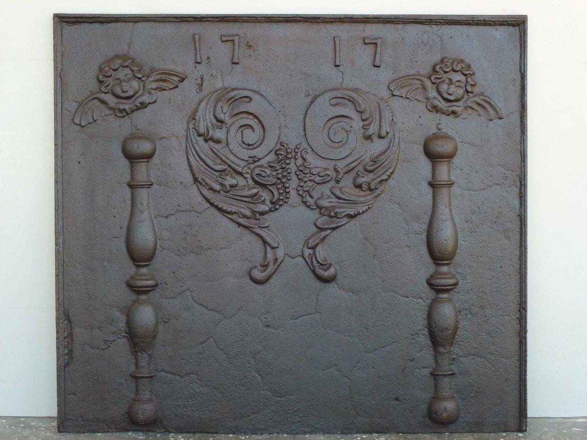 Plaque de cheminée aux angelots  datée 1717 (98 x 87 cm)