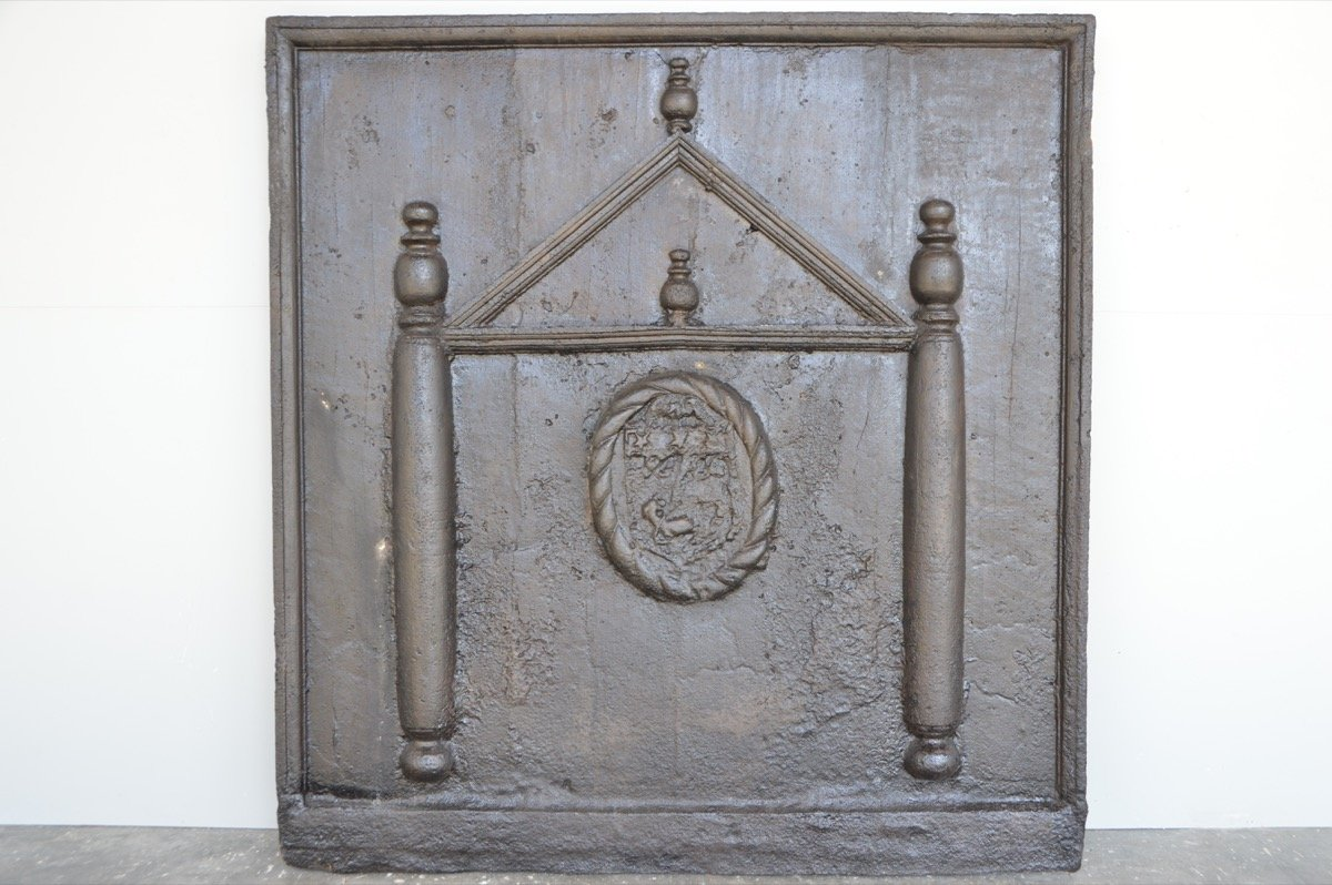 Importante plaque de cheminée au temple (111 x 117cm)