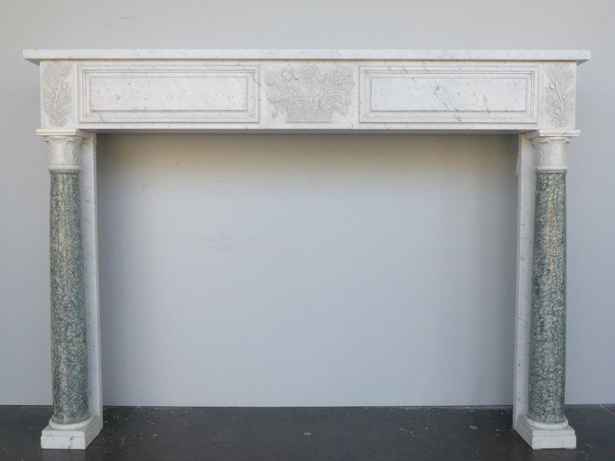 Cheminée en marbre blanc à colonnes détachées en marbre vert d'Estours