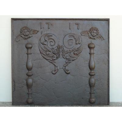 Plaque de cheminée aux angelots  datée 1717