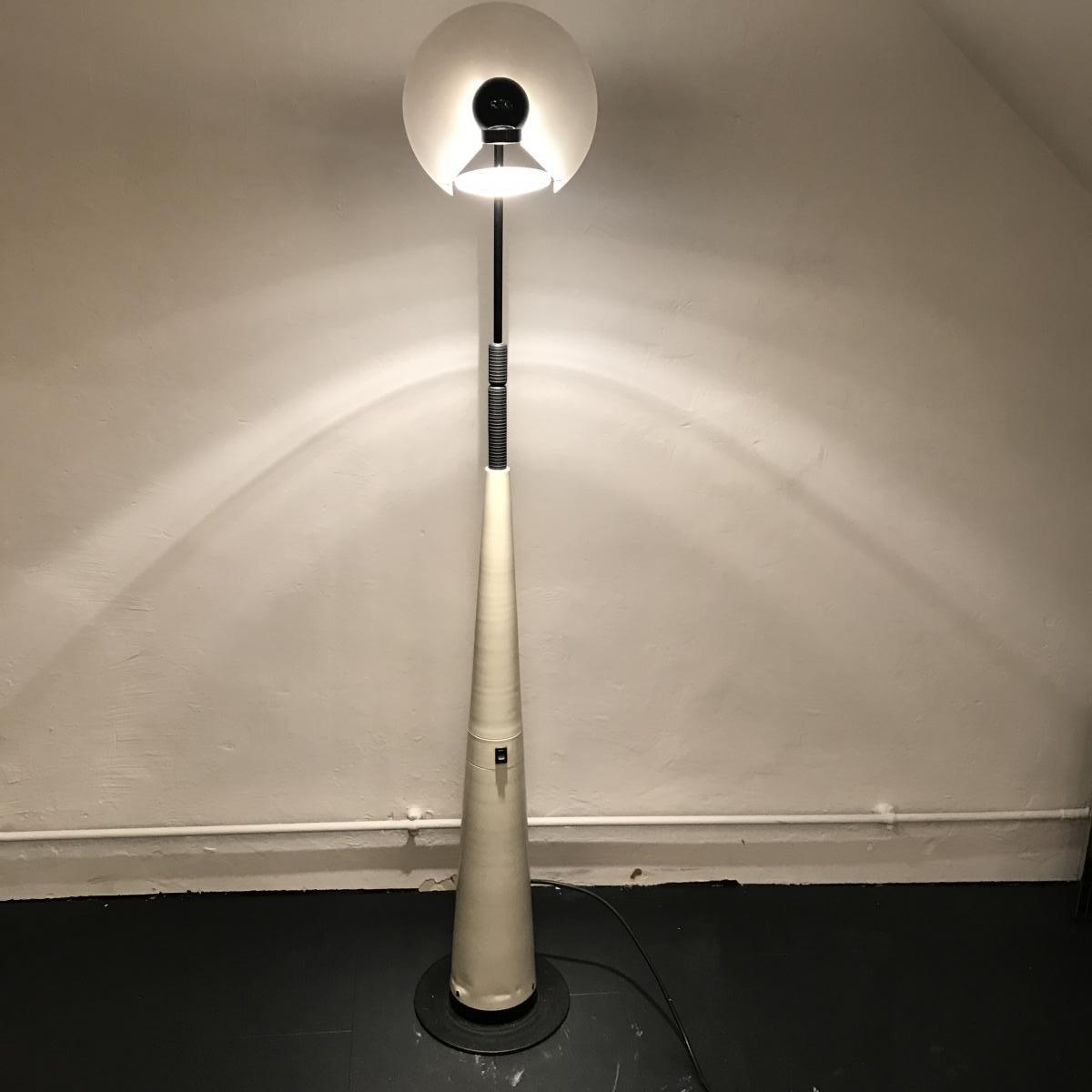 luminaire 1980 lampadaire par pour arteluce. Black Bedroom Furniture Sets. Home Design Ideas