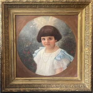 Portrait de petite fille a la robe  au rubans bleus