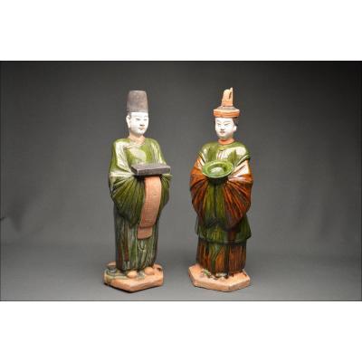 Paire de serviteurs en terre cuite à glaçure verte et ambre, Chine, Dynastie Ming (1522-1628)
