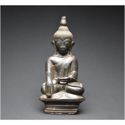 Birmanie, XIXème siècle, Bouddha Maravijaya en bronze à patine sombre