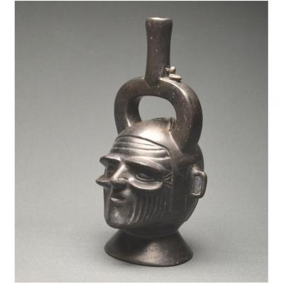 Pérou, Culture Chimú, 1400 - 1521 ap J. -C., Vase étrier céphalomorphe en céramique vernissée