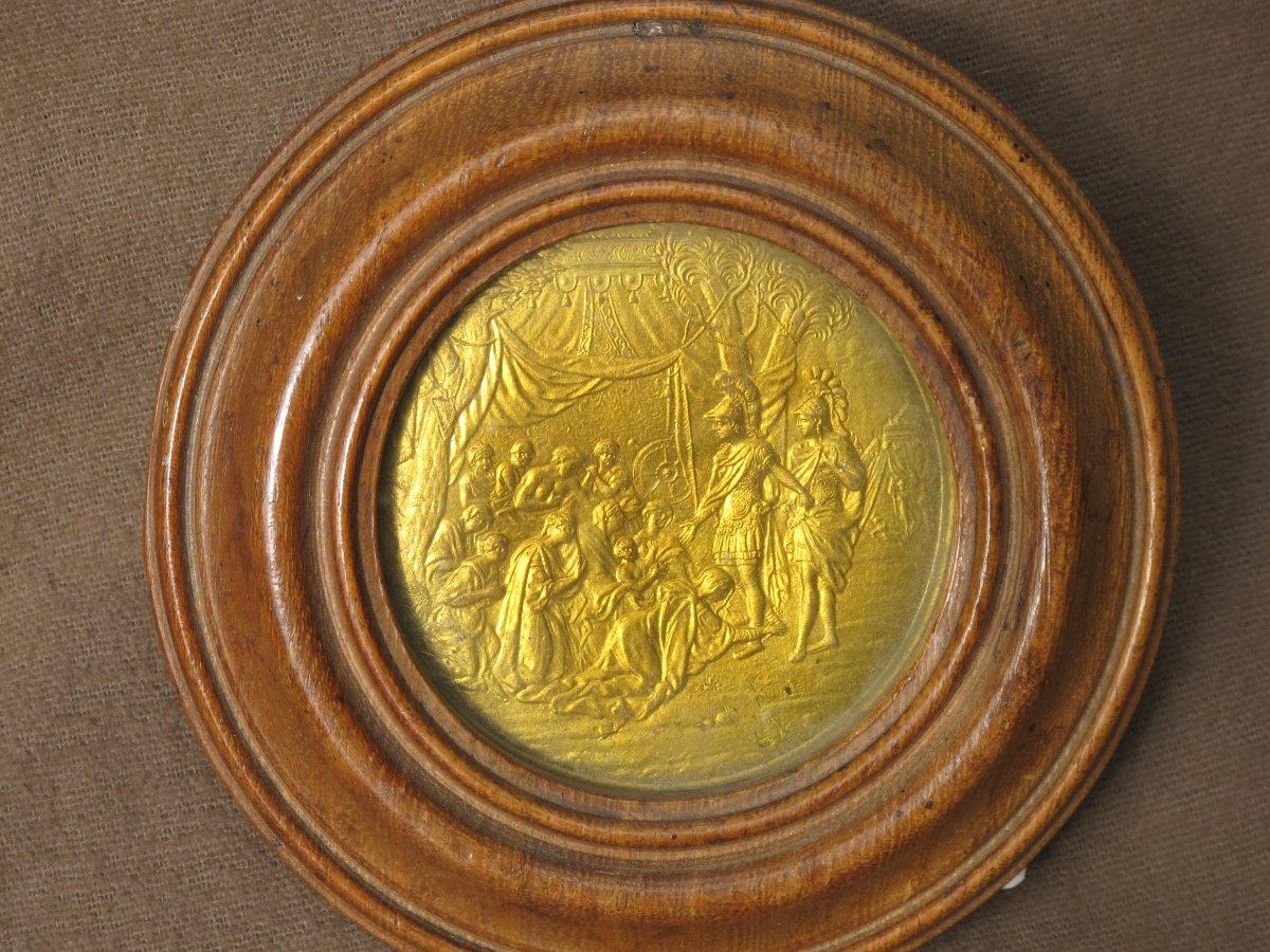 Médaillon Doré Représentant La Famille De Darius Implorant La Clémence d'Alexandre