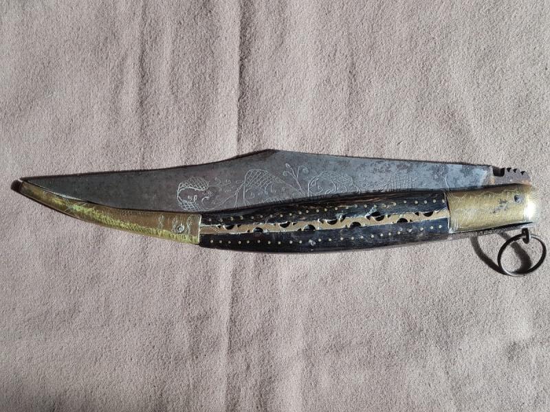 Très Grand Couteau Pliant  Type Navaja En Corne Et Laiton Lame Gravée  Longueur 58.5 Cm Ouvert -photo-3