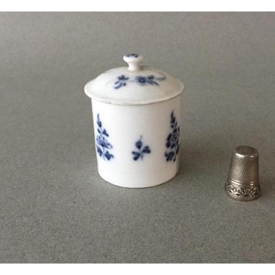 Mennecy (?) : Pot à pommade couvert en porcelaine tendre 18ème