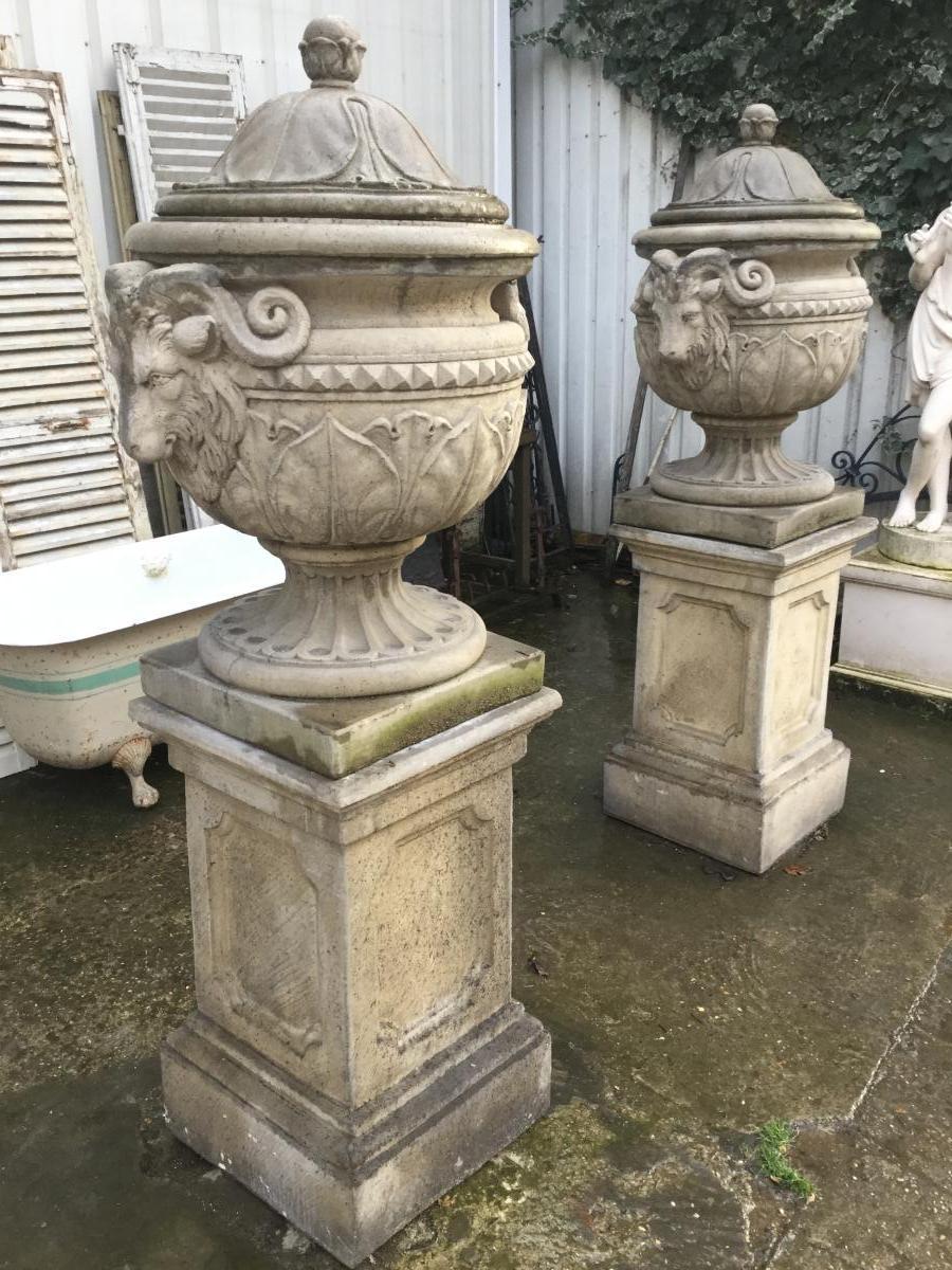 Grande Paire De Vases Couvert Sur Socles De Style Louis XVI, Décor Têtes De Bélier, Jardin,parc