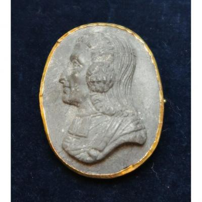 Broche en pierre de lave et or