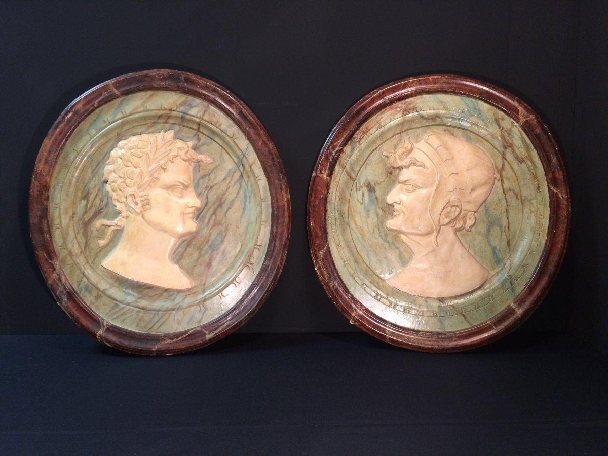 Paire de profils sculptés en bois et stuc marbré, XVIIIème siècle