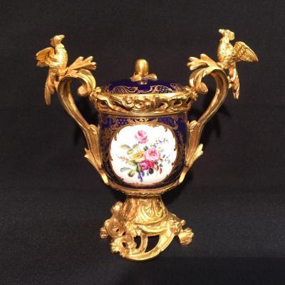 Vase couvert en porcelaine tendre et monture bronze doré