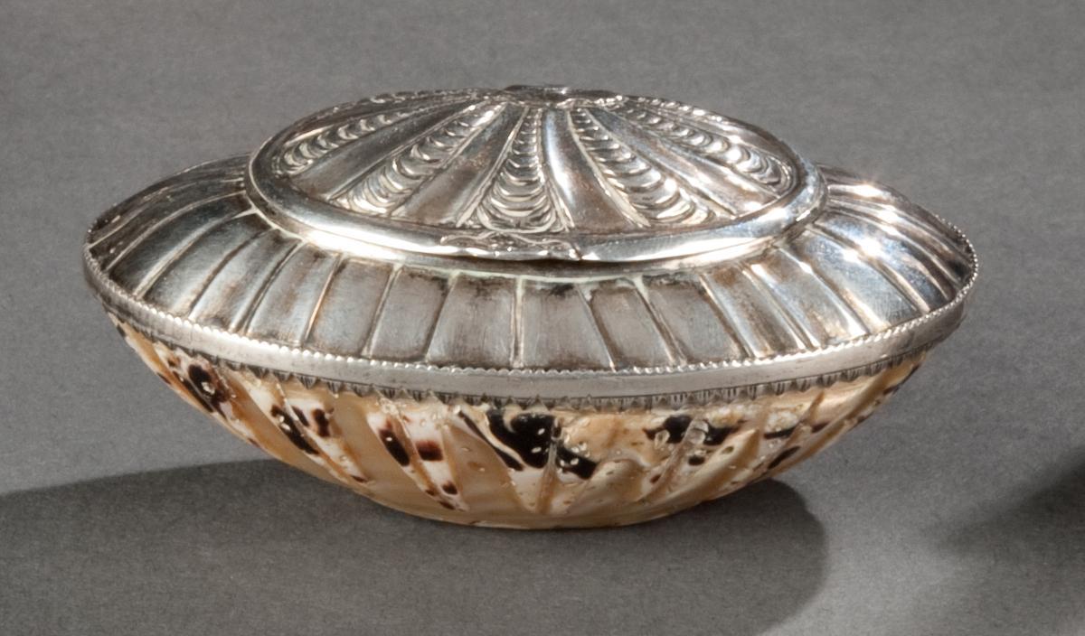 Tabatière En Argent Massif Et Coquillage, époque Louis XV