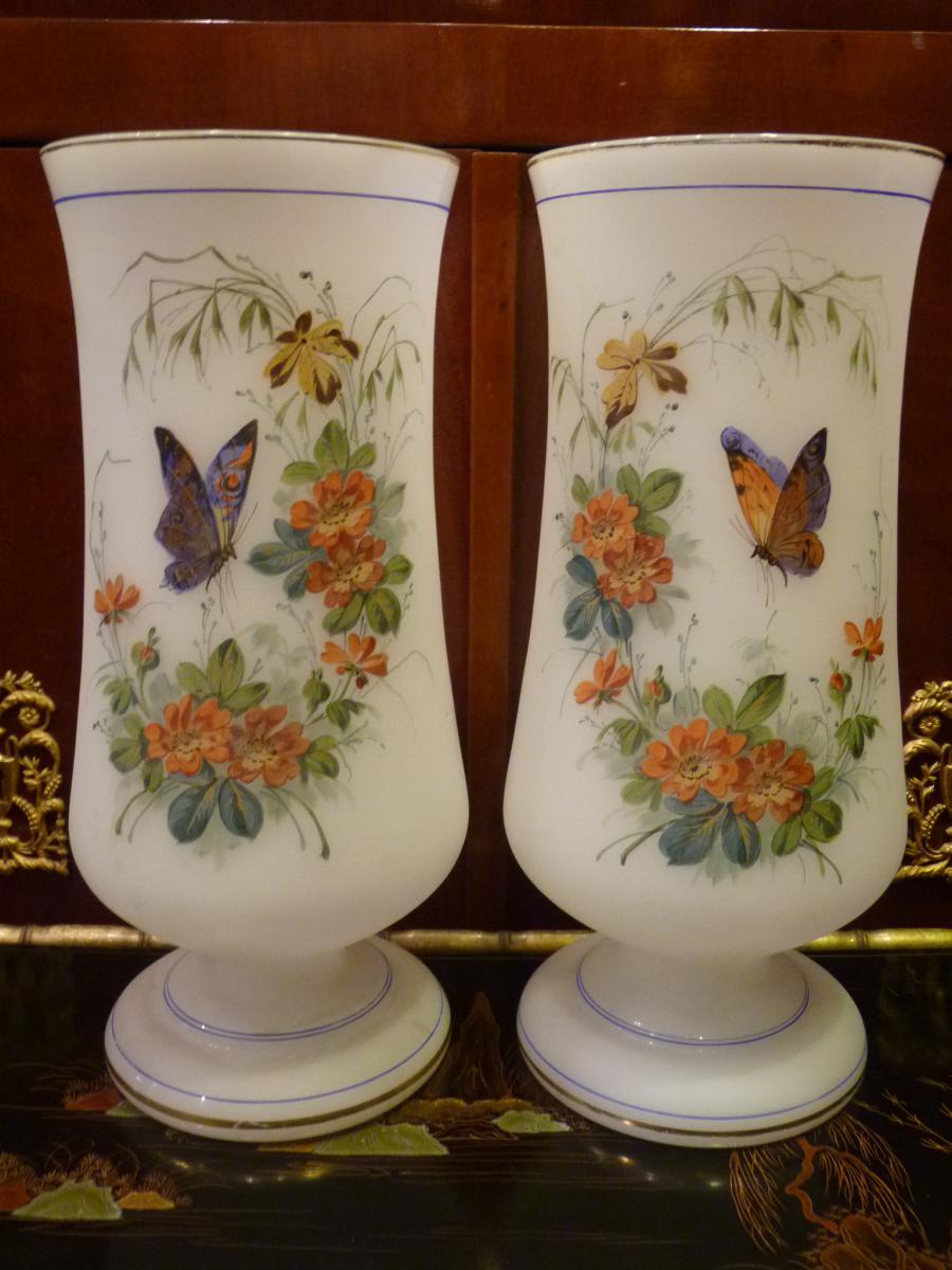 Paire De Vases En Opaline, Décor Fleurs Et Papillons, époque Napoléon III