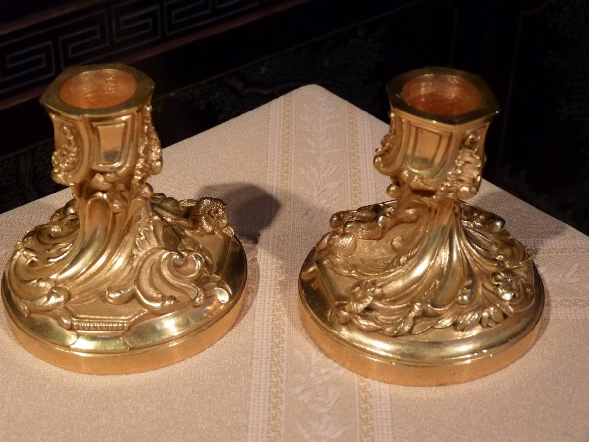 Maison CHARLES, Paire De Bougeoirs De Toilette, Style Louis XV, Bronze Doré