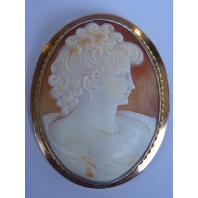 Grande Broche Camée en Or, Profil Féminin Cheveux Bouclés et Collier Perles, Vers 1920