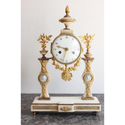 Pendule Epoque Louis XVI à Décors De Plaques de Wedgwood