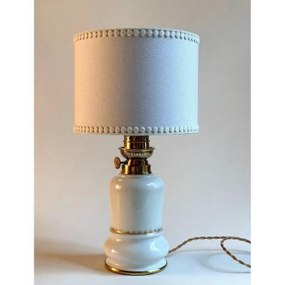 LAMPE A PETROLE EN PORCELAINE BLANCHE XIXème