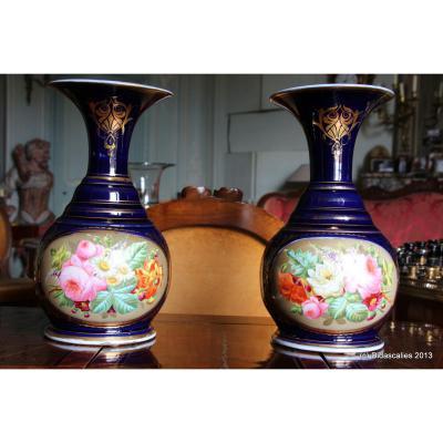 Paire de vases en Vieux Paris à décor floral, XIXe siècle