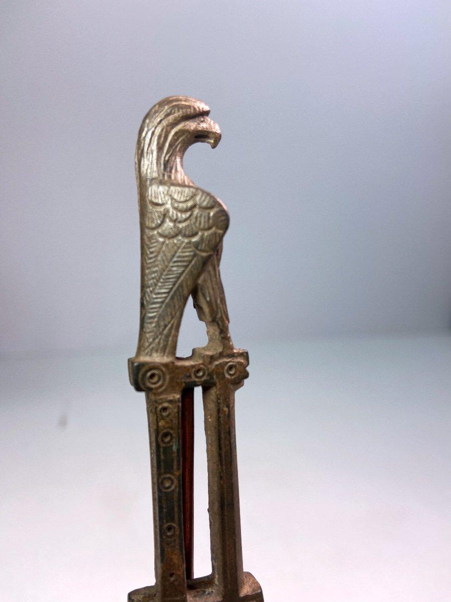 Manche De Couteau En Bronze Du IIe-IIIe Siècle Après J.-c. En Forme d'Aigle-photo-1