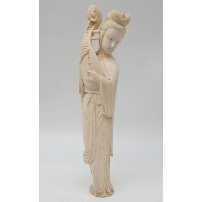 Okimono Sculpté Représentant Une Jeune Femme Musicienne Circa 1900