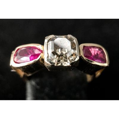 Bague Or 18 Carats Avec Diamant Taille émeraude 1,20 Carats Et Deux Rubis
