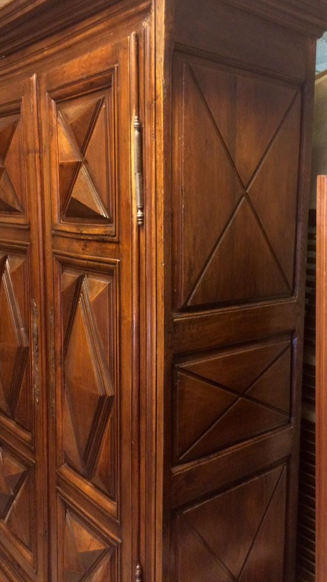 Armoire louis xiii en noyer armoires - Armoire trois portes coulissantes ...