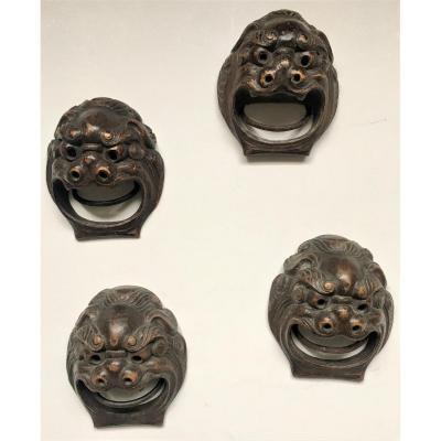 """Quatre mascarons en bois sculpté. """"Chiens Fô"""". Chine début XX°."""