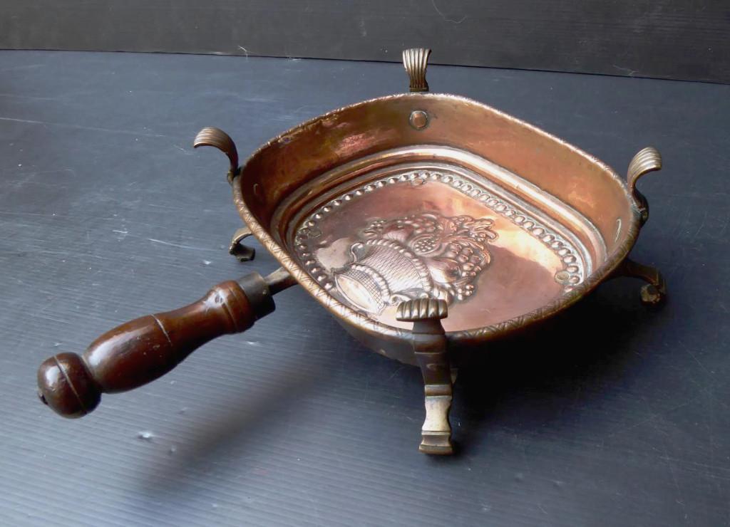 Braisière De Table Cuivre Estampé d'Un Bouquet, Fin XVIIIe Ou Début XIXe.