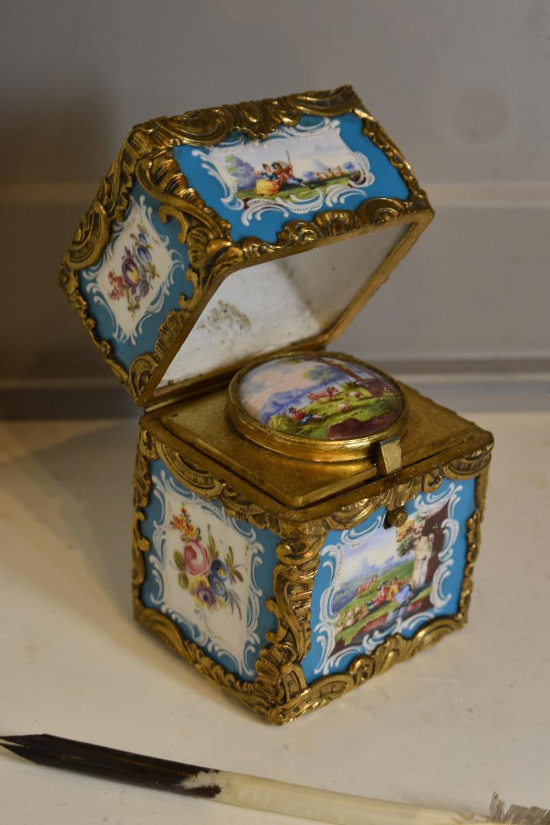Encrier de voyage XIXe en bronze et porcelaine peinte
