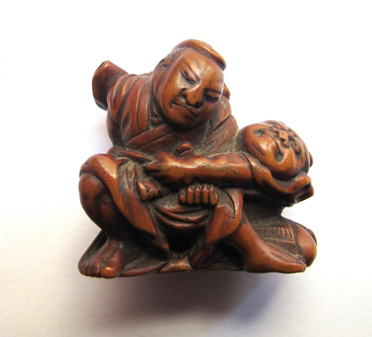 Netsuke en bois représentant deux samouraï luttant dans le style des sumotori