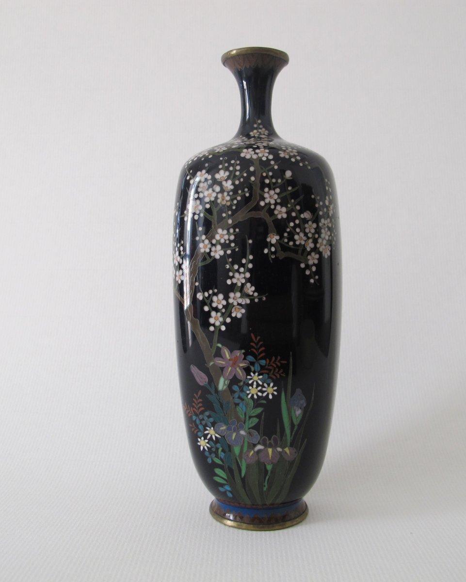 Vase en émaux cloisonnés sur cuivre à décor floral