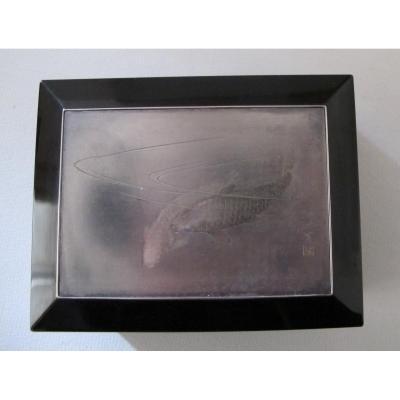 Boîte en laque décorée d'une plaque en argent à décor de carpes koï