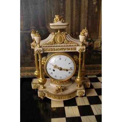 Pendule En Marbre Blanc Et Bronzes Dorés époque Louis XVI