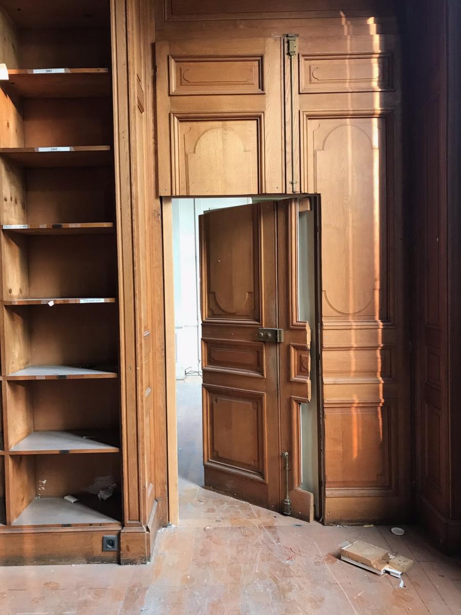 Très Important Ensemble De Boiseries Avec Escalier Formant Bibliothèque