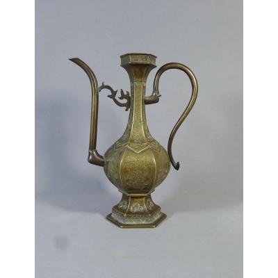 Aiguière Chinoise en Bronze Richement Ouvragé, Modèle Réalisé pour Le Marché Islamique ou Persan,  XVIIIeme Siècle