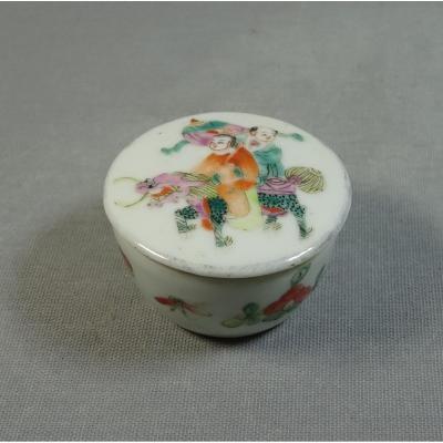 Chine XIXeme Siècle, Petit Pot à Onguents ou à Fard en Porcelaine, Orné de Personnages, Chimère et Guirlande Florale