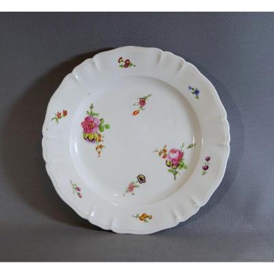 Limoges, Manufacture Du Comte d'Artois, Belle Assiette du XVIIIeme En Porcelaine  à Décor de Jetés de Fleurs