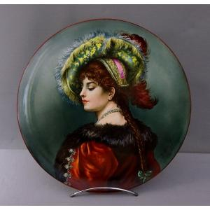 Grand Plat Décoratif Peint en Plein d'un Portrait de Jeune Femme de Qualité en Toilettes, Signé E. Million