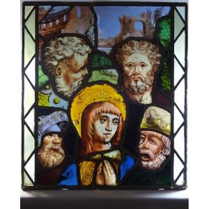Vitrail Polychrome Epoque Renaissance à Décor de Quatre Visages Masculins Encadrant la Vierge et de Ruines d Architectures