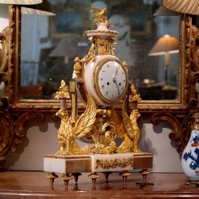 """Pendule Dite """"aux Griffons"""" Signée Roque, époque Louis XVI."""
