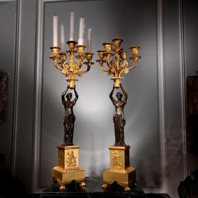 Paire de torchères, bronze doré et patiné vers 1810.