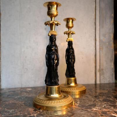 Belle Paire De Bougeoirs Aux Vestales Canéphores. Paris, Retour d'Égypte.