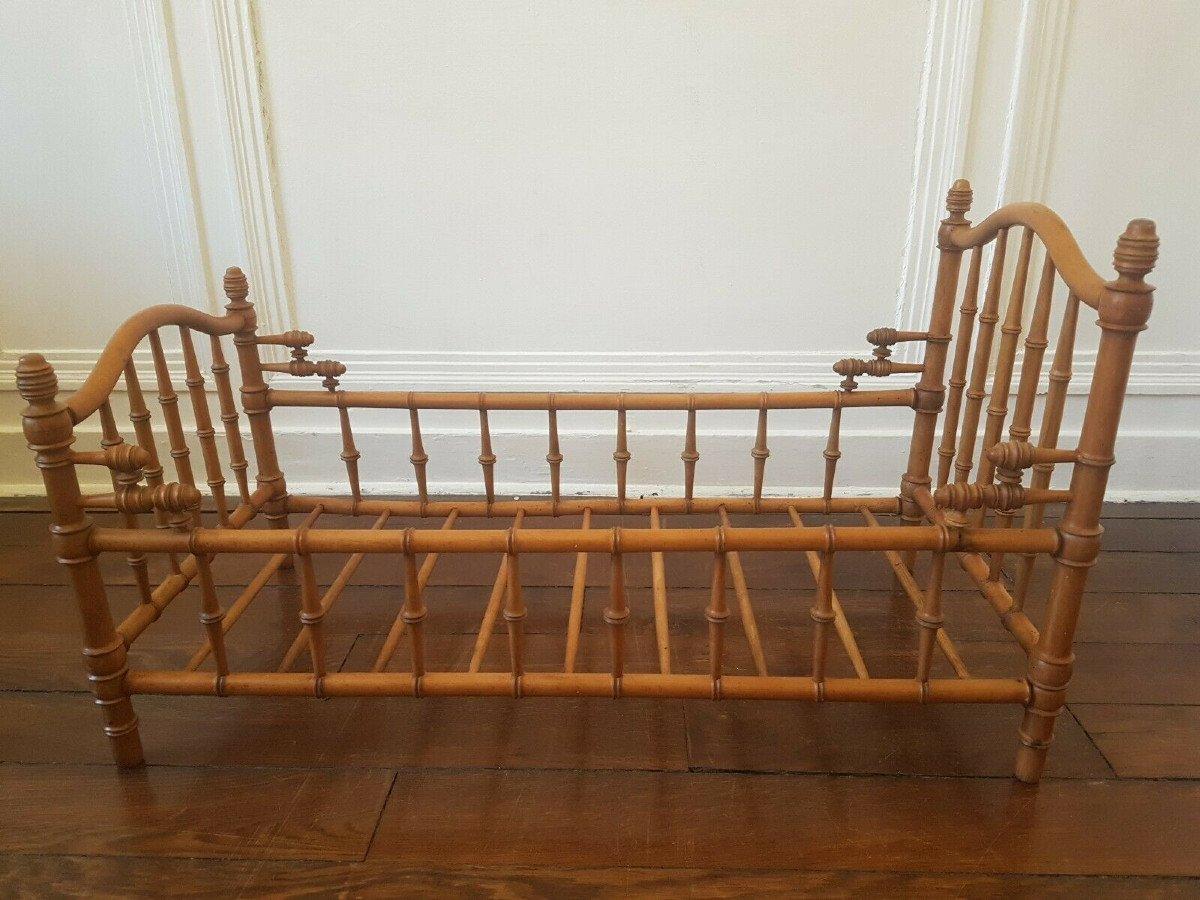 Grand lit de poupée d'époque Napoléon III en hêtre et noyer façon bambou. 75 x 38 cm.-photo-2