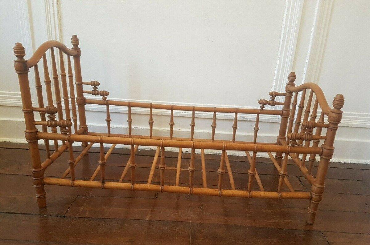 Grand lit de poupée d'époque Napoléon III en hêtre et noyer façon bambou. 75 x 38 cm.