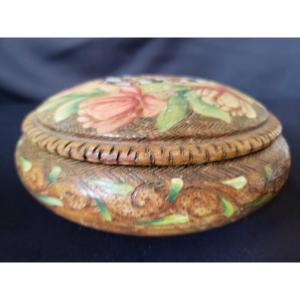 Grande boîte ronde de Spa en buis  guilloché .  Motifs floraux et blason du Luxembourg.  XIX°.